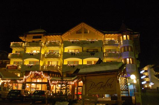 Hotel Piz Galin: Hotel by night