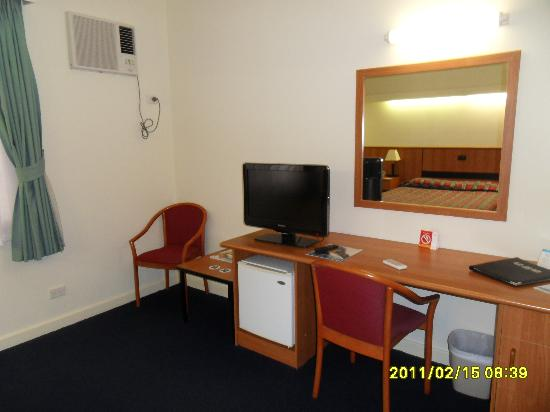 Comfort Hotel Perth City: TV & storage area