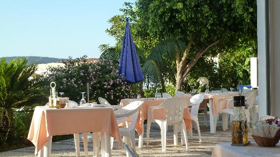 Hotel Apartamentos do Golf: The outside dining area!