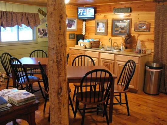 Moose Creek Cabins and Inn: zona colazione