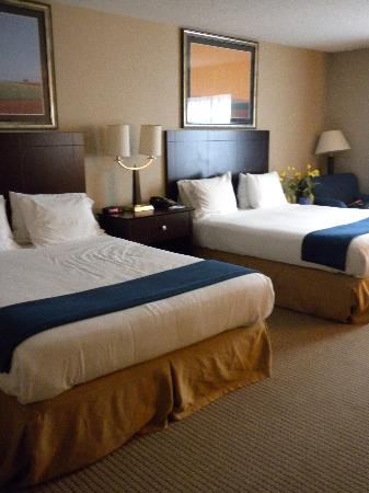 Holiday Inn Express Hotel & Suites Cincinnati : queen beds