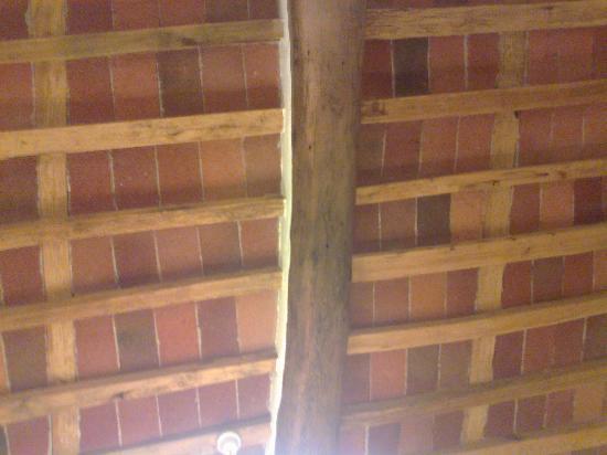 Il soffitto travi e mattonelle a vista foto di il casale for Soffitto travi a vista illuminazione