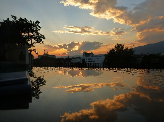 Le Meridien Chiang Mai: Beautiful sunset by the pool!