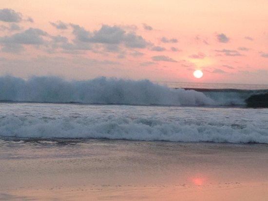 Las Palmas Beachfront Villas: big breakers at sunset