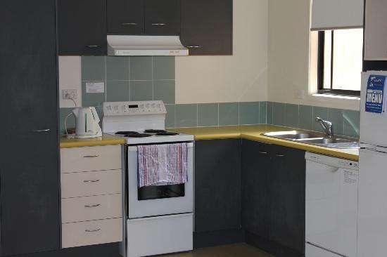 รีสอร์ทนูซ่าเลคส์: Well presented kitchen