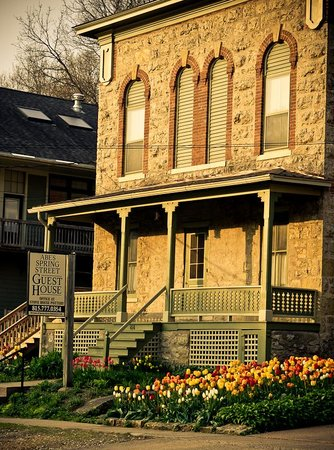Abe's Spring Street Guest House: Springtime at Abe's