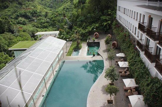 Padma Hotel Bandung: swimming pool (from above)