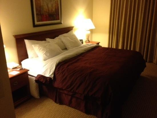 Homewood Suites Newark-Cranford: King bedroom.