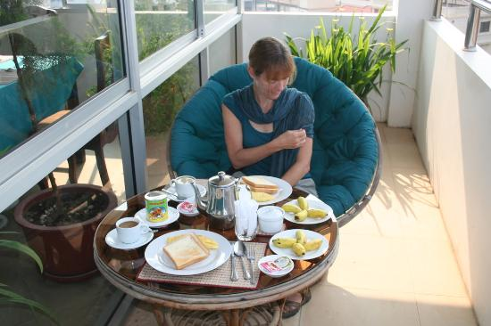 Thunborey Hotel: Breakfast included on the roof-top patio in big papasan chairs