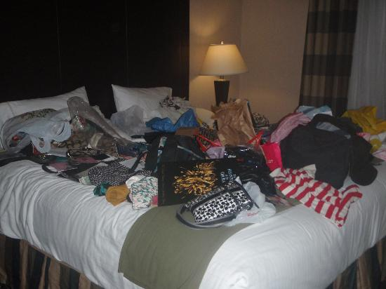 Holiday Inn Express North Bergen - Lincoln Tunnel: Excuse our messy bed.. we were busy!