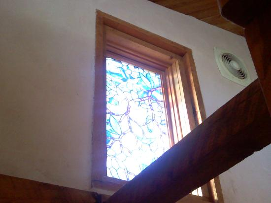 Adobe Nido Bed & Breakfast: Stained glass window above our tolit