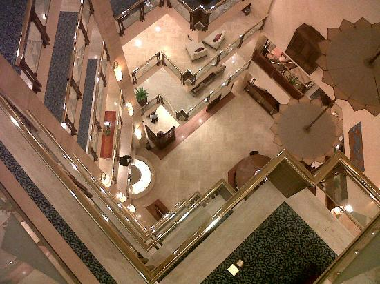 InterContinental Doha: A view from above down to the breakfast place in the lower ground floor.