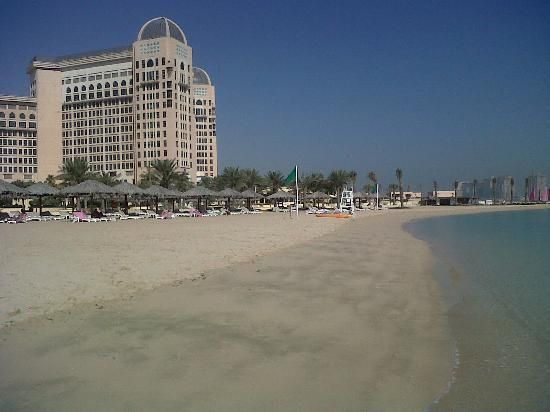 InterContinental Doha: Nice recliners on the beach, clean sand.