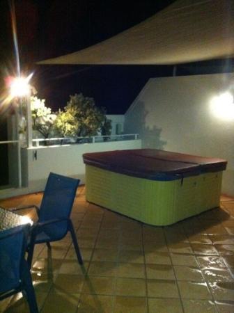 Santorini Twin Waters: 6 person jacuzzi