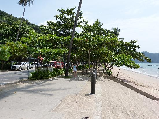 AliSea Boutique Hotel: stairs to Aonang beach, people goes more far end