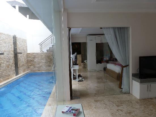 Nusa Dua Retreat and Spa: Blick vom Wohnraum ins Schlafzimmer