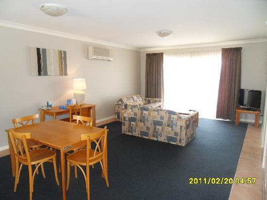 Hillarys Harbour Resort: Living/Dining area
