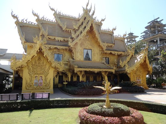 Chiang Rai, Tailandia: The Golden Toilets next to the Wat