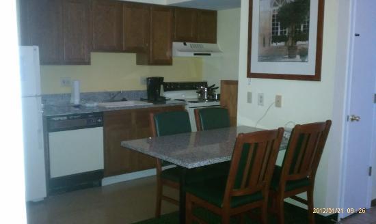 Sonesta ES Suites Cleveland Westlake: Nice kitchen!