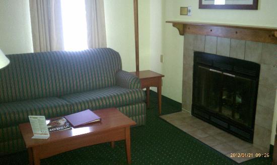 Sonesta ES Suites Cleveland Westlake: Okay living room!