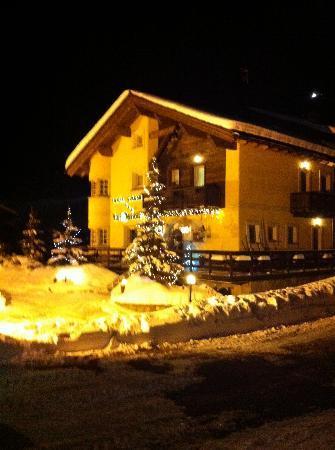 Hotel Garni La Suisse: at night..