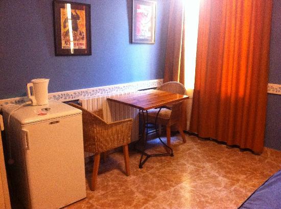 Hotel Madison Bahia: Zona mesa auxiliar /nevera desde la entrada