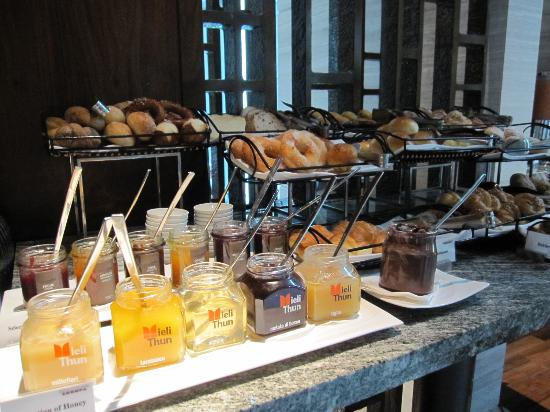 Siam Kempinski Hotel Bangkok: Wide selection of pastries from breakfast buffet