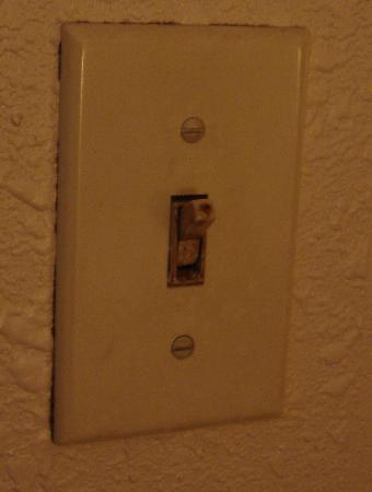 Apple Garden Inn: Gross filthy light switch