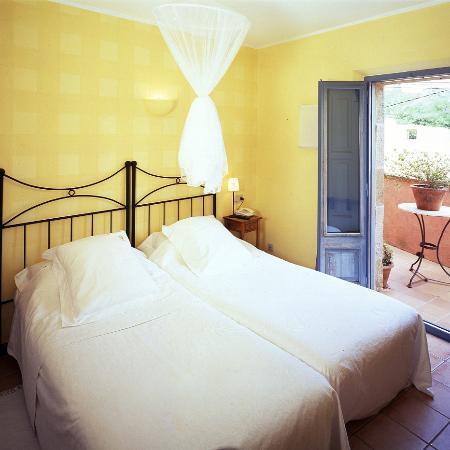 Hotel Restaurante El Fort: Habitación Amarilla