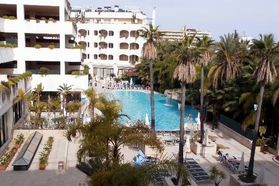 Guadalpin Suites: Vue sur la piscine