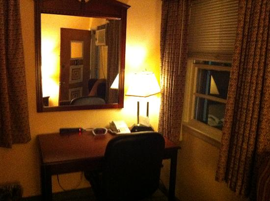 Budget Host Pottstown: work station and one of two desk lamps no overheads