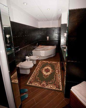 Brindor Hotel: Suite: Bagno con Jacuzzi