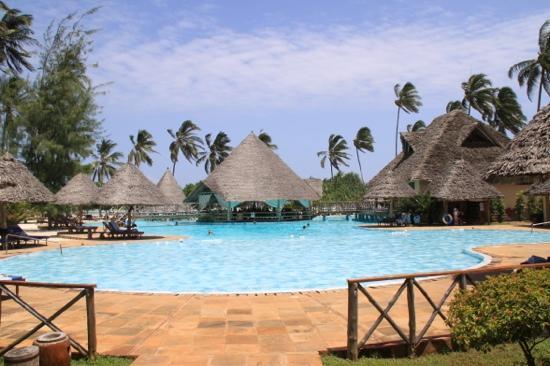 Neptune Pwani Beach Resort & Spa: piscine principale