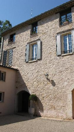 Chateau de la Begude: A pretty building and spring flours