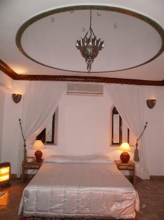 Riad Dar Anika : Le lit au dessous du magnifique dôme