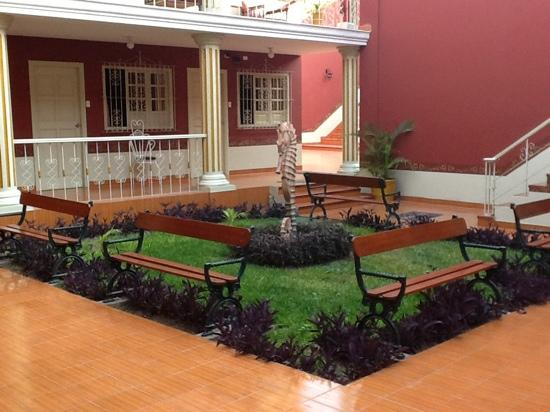 Hostal Colonial: The central courtyard