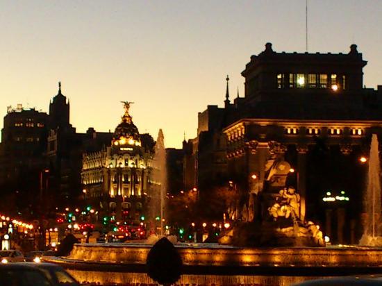 Madrid, Spanien: fuente de cibeles y calle alcala, edificio metropolis al fondo