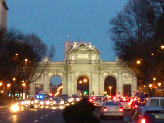 Madrid, Spanien: puerta de alcala iluminada