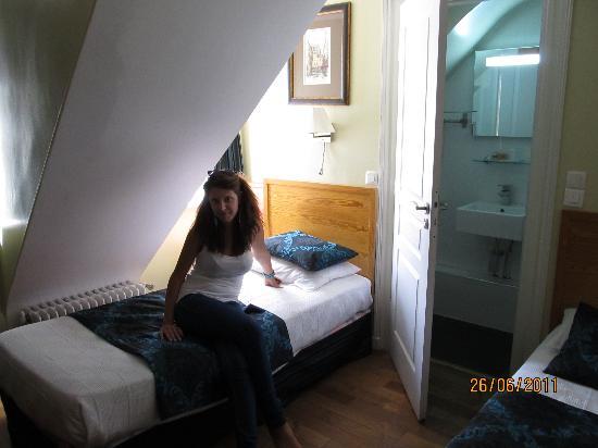 GOLDEN HOTEL PARIS : Tiny room on 6th floor