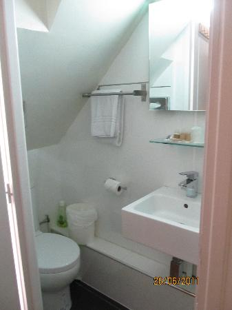 GOLDEN HOTEL PARIS : Tiny bathroom