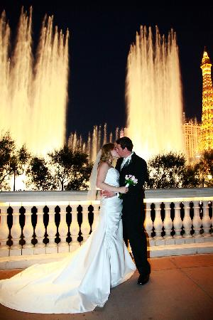 Bellagio fountains with wedding couple picture of for Las vegas strip wedding venues
