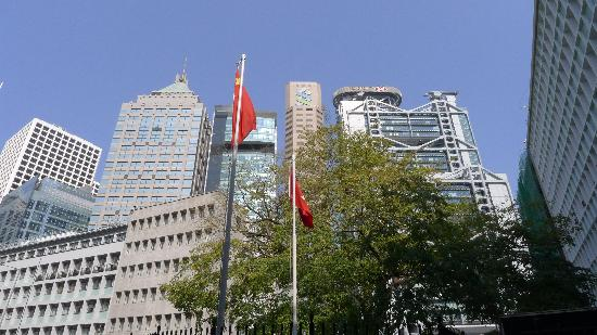Standard Chartered Bank Building : Standard Charter in the top of the skyline next to HSBC building