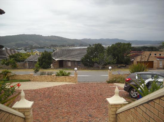 Amber Guest Lodge: Vista al lago