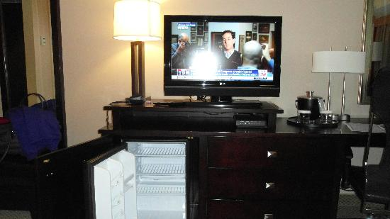 Crowne Plaza Columbus Downtown: Flat screen tv and cold frige but no safe.