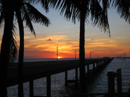 Seven Mile Bridge : sunset at parking lot next to bridge