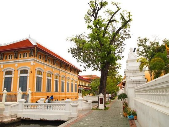 Wat Bowonniwet Vihara: Orange Builiding and Small Canal in Wat Bovorn