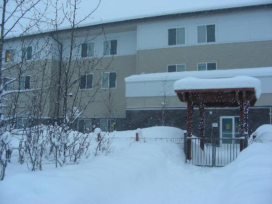 SpringHill Suites Anchorage University Lake: Back of hotel, going out to the walking trail.