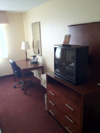 Quality Inn : tv and work area