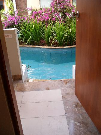 Kuta Lagoon Resort & Pool Villa: room to pool