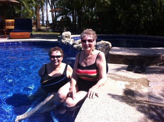 Tambor Tropical Beach Resort : Molly and carol in the pool
